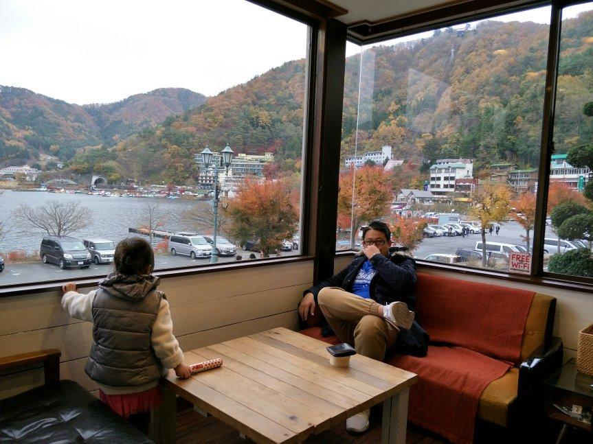 แพนด้าชวนชิม จิบกาแฟชมวิวทะเลสาบที่ CUPS Cafe by LakeKawaguchigo